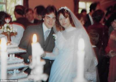 格雷在赛车场邂逅温斯利一见倾心,两人相识2年后于1981年结婚。