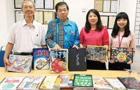 评审施圣提、曾小平督学在评审作品后,与本报高级经理陈靖枂和台湾实习生邹惠萍合照。