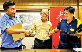 李兴前、王益辉与赵惠坤互相签署意向书与握手示好。