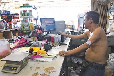 朱成有曾因为消费税,一度想结束生意,在孩子的协助下,他开始学习电脑,如今已可以独立操作电脑。