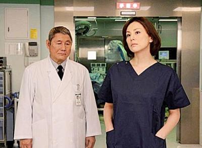 米仓凉子(右)主演的日剧《派遣女医》,始终维持高收视率。