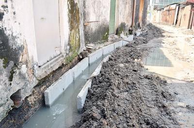 提升沟渠工程于3天前开始进行,不过却影响排出屋外的水源。