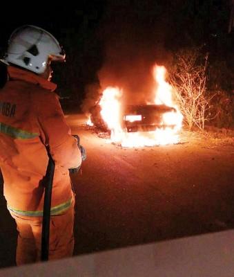 华都牙也珍珠花园日产轿车离奇失火。