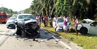 于巴通往金宝联邦大道发生5车连环碰撞车祸,1人口受伤。