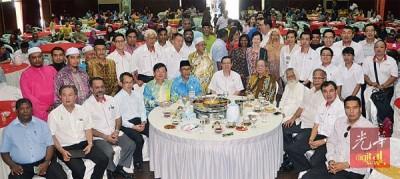 槟行动党开斋节餐会上,林冠英及嘉宾们合照。