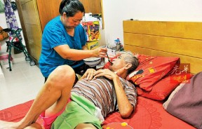郑英英在梁火炎无法行动后,每天都要负责他的饮食起居。