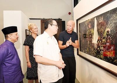 林冠英参观著名摄影师占美尼尔逊的摄影展,左1为祖西迪及右1为占美尼尔逊。