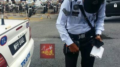 警车上还放着交警更换新卷罚单纸后留下的纸筒。