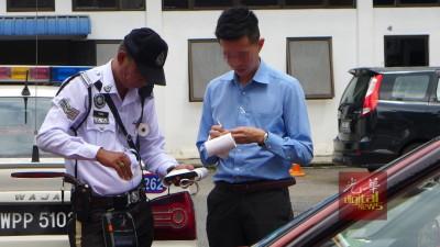 华裔司机10年内欠下102张违例停车罚单,让警员印罚单印到手软。
