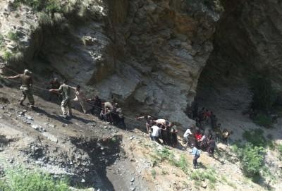 抢救人员游绳而下救人。(法新社照片)