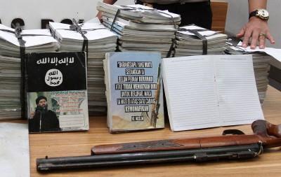 印尼警方周五在雅加达展示所起获的IS宣传册子和气枪。
