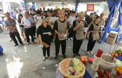 黄美珍儿女及媳妇率亲友灵前献唱《念亲恩》送别母亲。