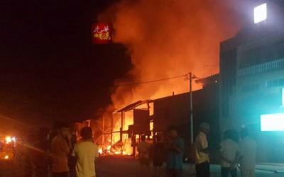火患发生虽在凌晨时分,但仍有不少民众闻讯而来。