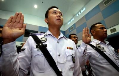 怡保:霹雳州交警由霹州副总警长拿督再努丁引领宣读反贪宣言。