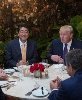 2017年2月10日,美国总统特朗普夫妇和日本首相安倍晋三夫妇在马阿拉歌庄园共进晚餐。