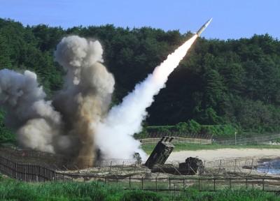 美军在演习中发射陆军战术导弹系统。(法新社照片)