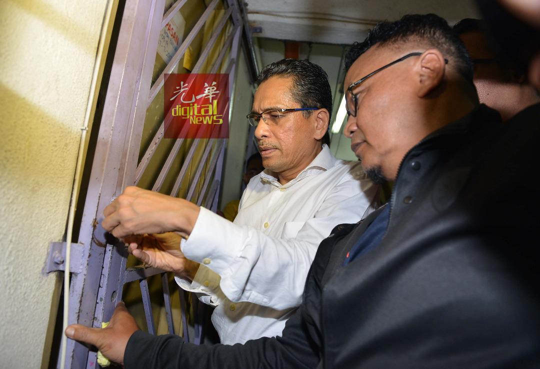 旺莫哈末卡沙里重新上锁,避免非法居住的组屋居民进入屋内。