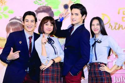 """泰版《宫》4位主演(左起)Phan、Pattie、Tao和Bebe来马为在dimsum上线的《宫》宣传,4人更穿着剧中的""""校服""""出席记者会。"""