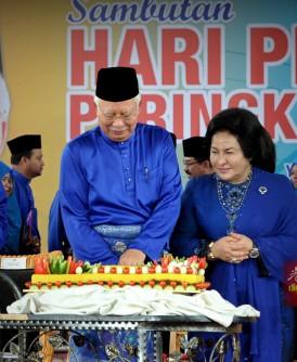 纳吉(左2)迎来64岁生日,联邦土地局特准备蛋糕为他庆生。左为联邦土地局主席丹斯里沙里尔;右2为罗斯玛。