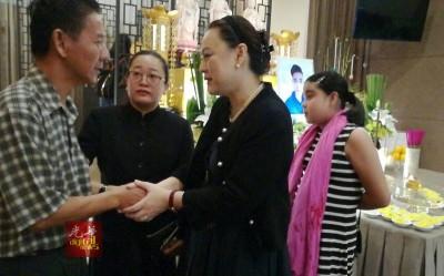 朱韵诗(右2)希望林父节哀。