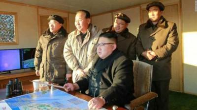 北韩近月多次试射导弹,令国际关注。图为北韩领袖金正恩(坐者)早前视察军方试射导弹。