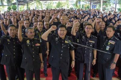 哥打峇鲁:吉兰丹州副总警长丁阿末(中)高级助理总监与下属们振臂高呼:拒绝贪污,举报贪污!