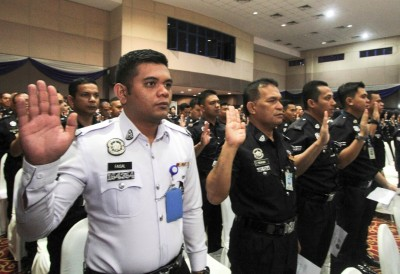 吉隆坡:在警察训练学院,各组警员在全国总警长丹斯里卡立的见证下宣誓反贪。