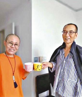 刘晓波之爱侣发放刘生前留医的像,像中外跟老伴刘霞拿着有小熊维尼画的海相碰,现难得的福笑容。