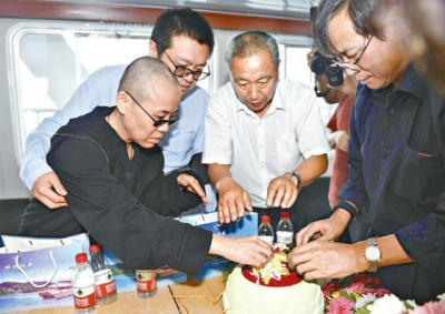 刘霞(左)同亲朋日前整刘晓波之骨灰准备海葬。
