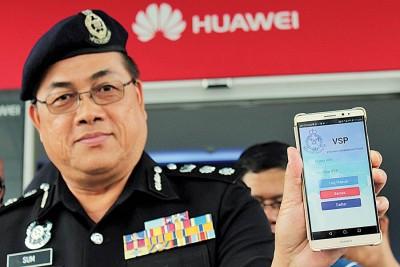 """岑振强向市民推介""""智慧型手机志愿巡逻""""应用程式。"""