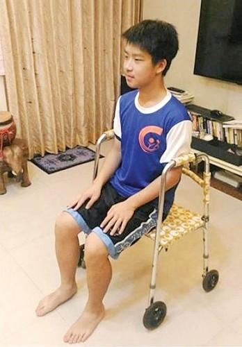 新款助行器多了轮子及座板,不但更好使用,还可以摇身变成轮椅。