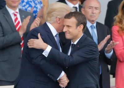 马克宏(右)针对特朗普重返《巴黎协定》得到有要。