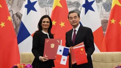 中华外长王毅及巴拿马副总统兼外交部长德圣马洛在京签署两国建立外交关系的联合公报。