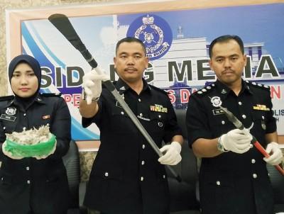 铅警方侦破偷窃燕窝集团,并示范如何利用经过改装的干案工具凿下壁上的燕窝。