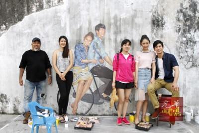 陈楚淮(左起)、许慧珊、尚晓蕾、孙耀绮和颂恩宋帕山在壁画前合照。