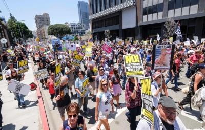 洛杉矶示威者对特朗普说不。(法新社照片)