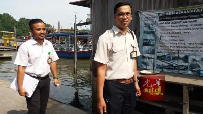 卫生局官员抵村内巡视卫生状况。