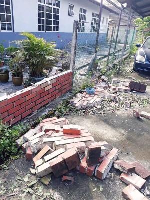 1.5米的砖墙突然倒塌,拿海卡活活压死。