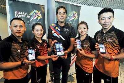 凯里与到来助阵的武术国手们如黄德辅(左起)、黄湘琳、谢睿欣和许俊霖共同推介2017吉隆坡东运会手机应用程序。