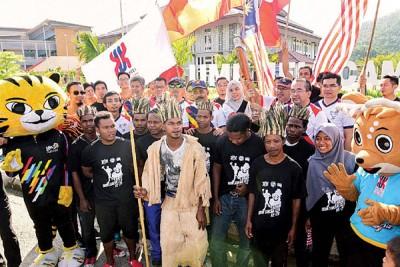 Jahai族原住民佩戴传统服饰参与东运火炬活动。