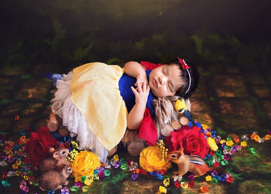 白雪公主和森林中的小夥伴們相伴著入睡。