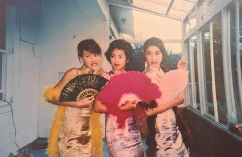 杨谨华(右一)晒出3姝旗袍装旧照。