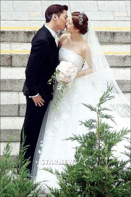 Eric与新娘罗惠美今天完婚,深情接吻。