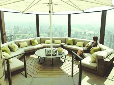 昆凌悠闲地坐于豪宅360过观景台沙发上远眺风景。