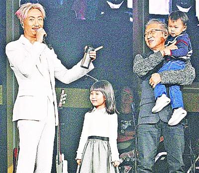 郑中基(左)今年初在香港开唱,儿女与爸爸都来助阵。