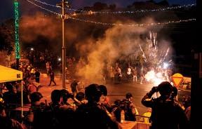 以色列警方驱散巴人。(法新社照片)