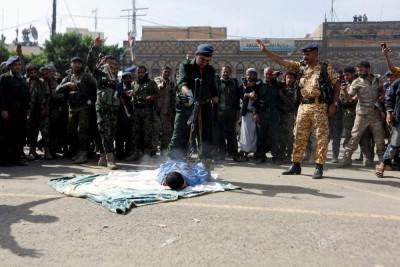 行刑队瞄准平躺在地的穆拉比,连环枪声后,外给击毙。