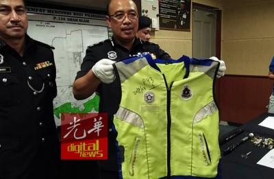 沙菲恩(左2)亮嫌犯干案时通过在的荧光外套。