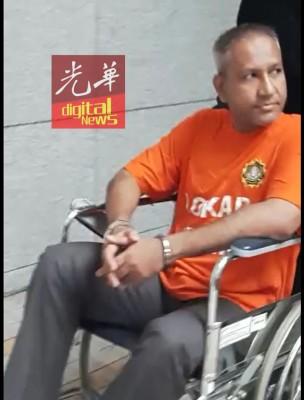 嫌犯今早坐上轮椅,出于领导推往推事庭。