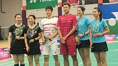 李龙大(左三)和王睁茗(左四)与冠军选手合影。